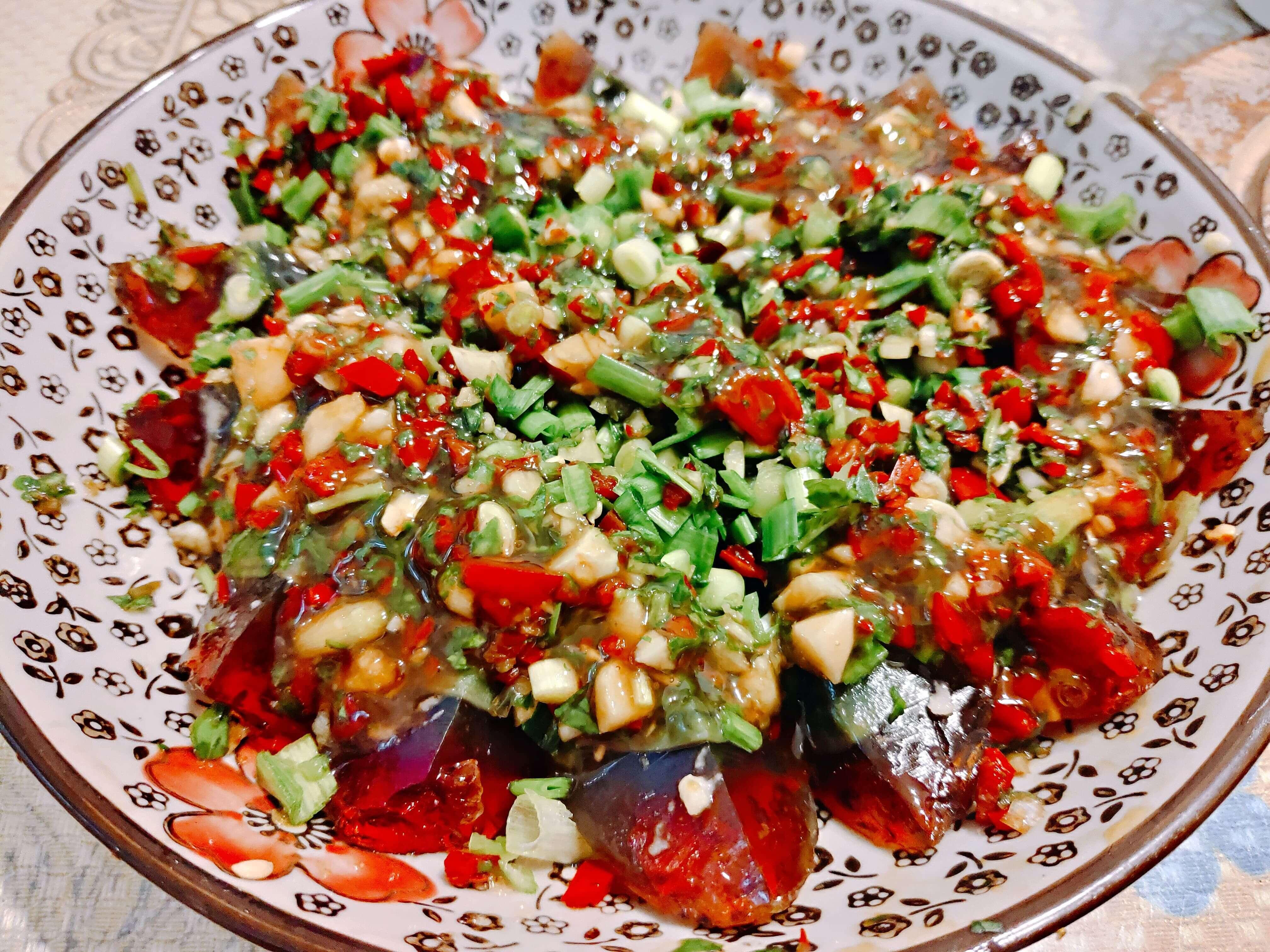 【食譜】泰式涼拌皮蛋–三分鐘就能搞定的超簡單料理