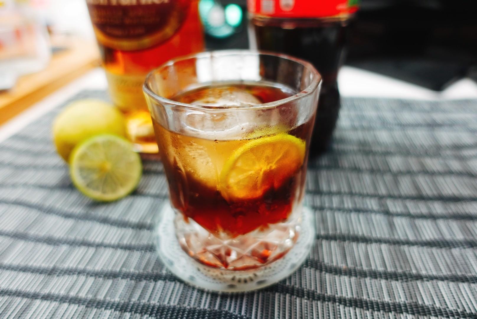 【酒譜】簡單在家調系列(三)|酸甜風威士忌加可樂