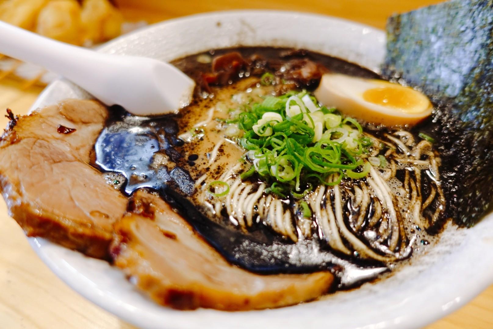 【花蓮市區】黑潮拉麵|全黑拉麵超特殊黑蒜湯頭與美味炸串