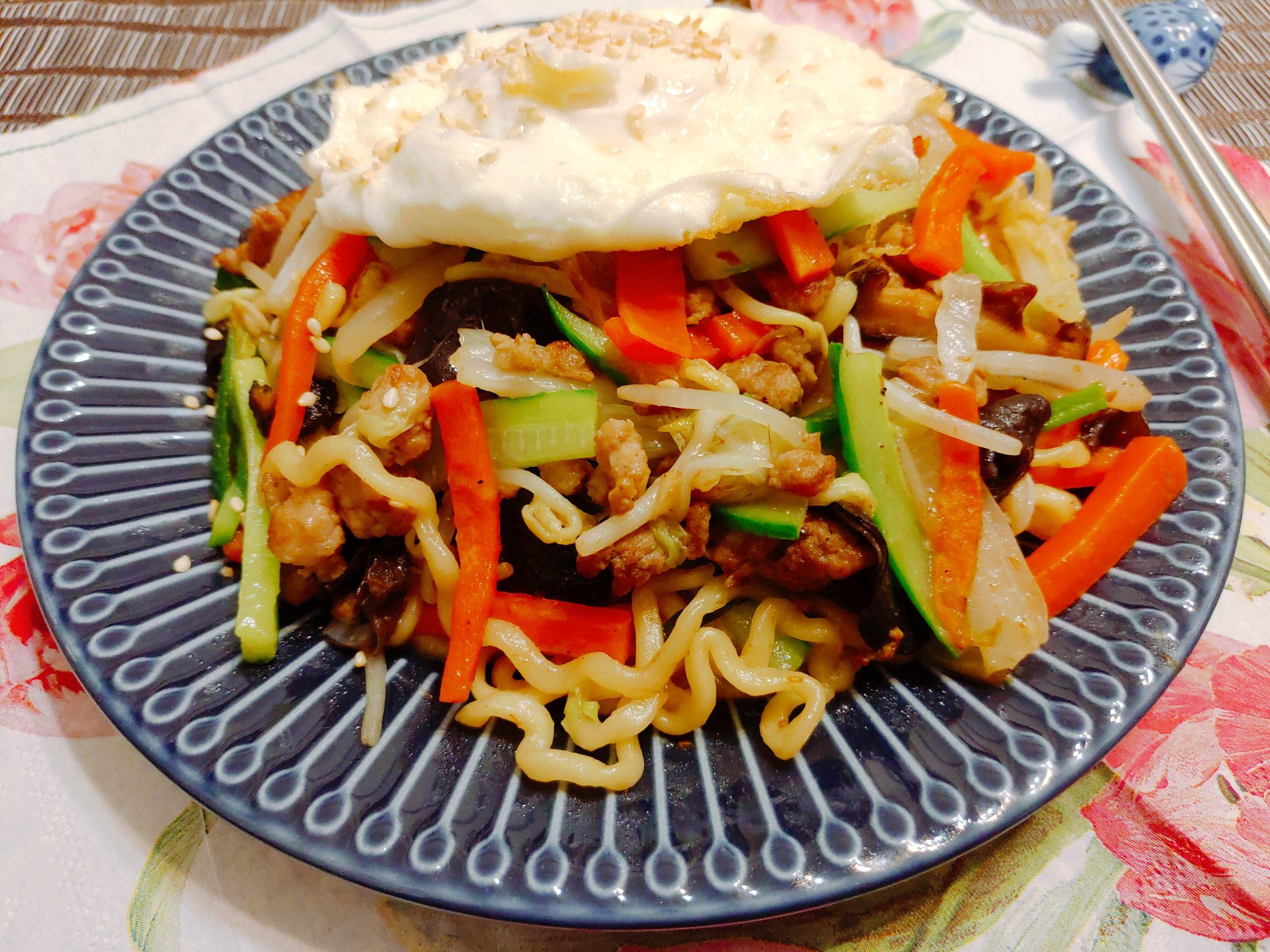 【食譜】炒泡麵|簡單毫無難度又好吃,十分鐘就上桌