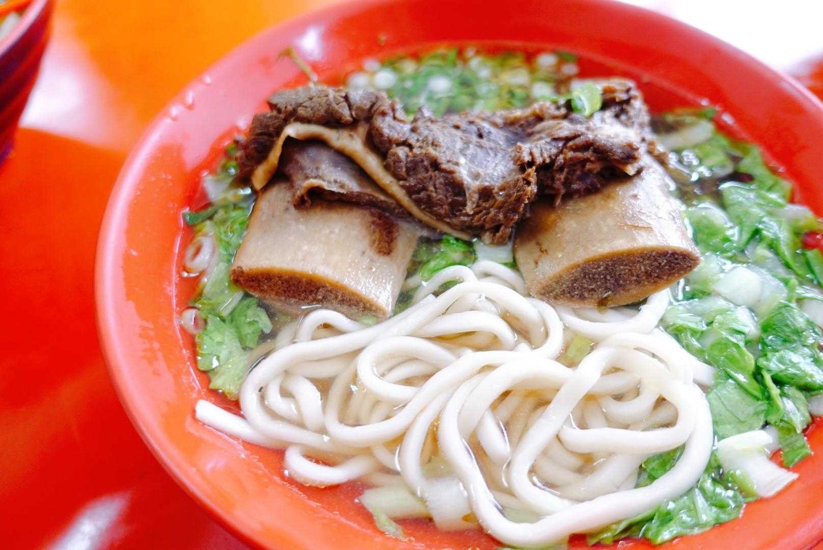 【花蓮鳳林】孫叔叔帶骨牛肉麵|CP值爆表的超大塊帶骨肉,還有各式可口小菜