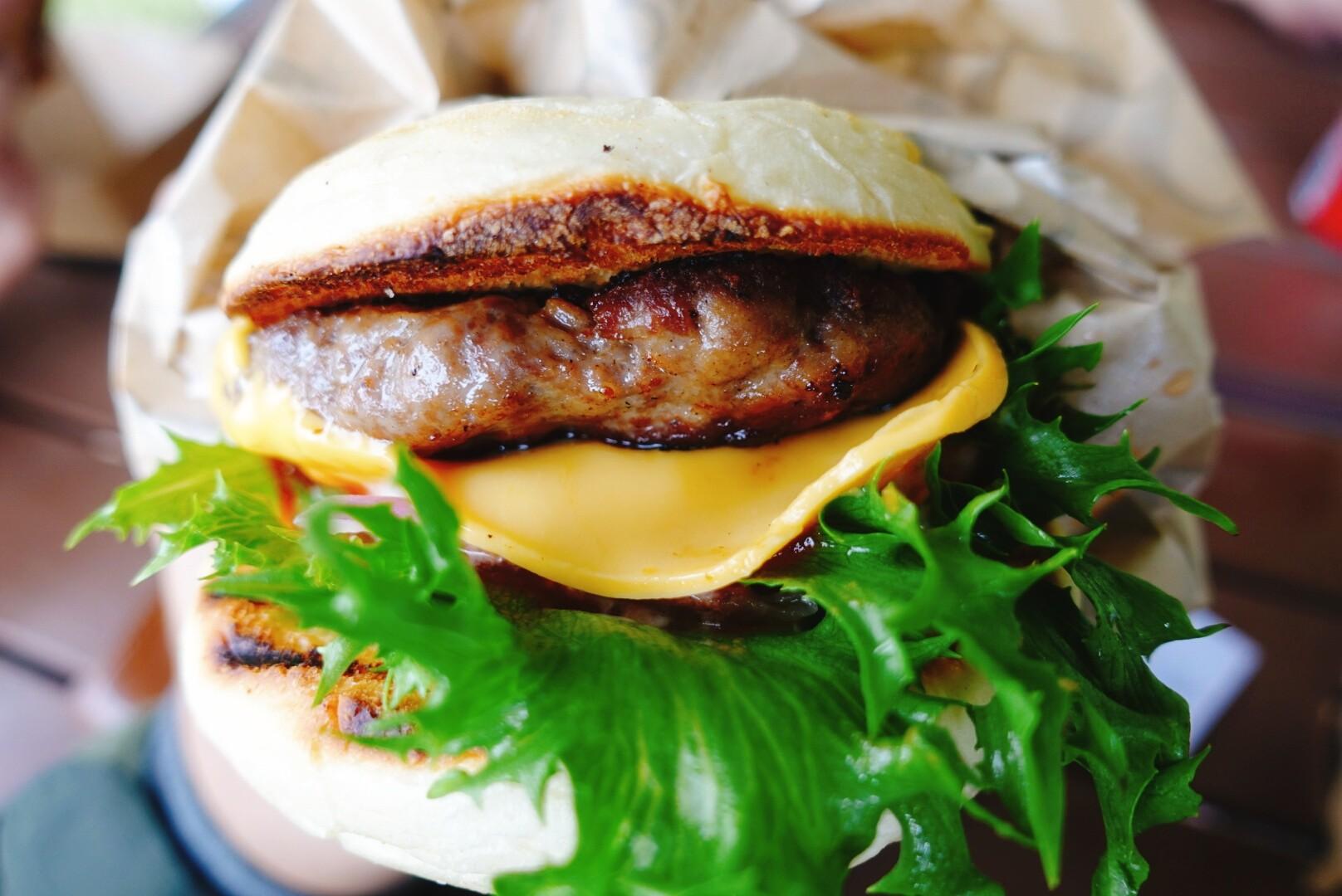 【桃園大溪】GOGOBOX餐車誌in樂灣基地|享受野餐般的輕鬆氛圍,起司牛肉堡多汁又美味|餐車