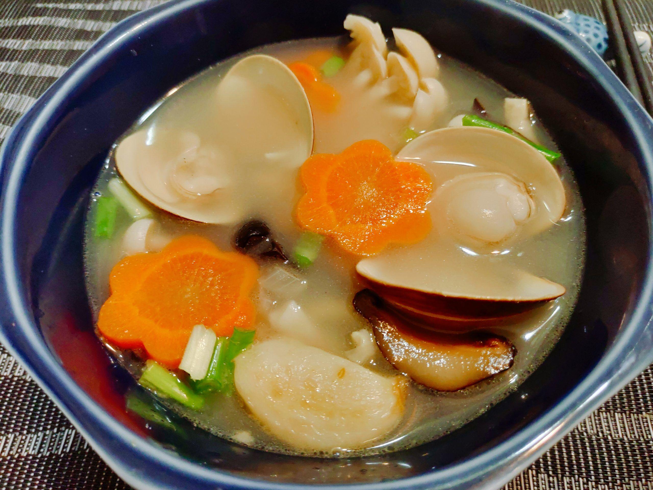 【食譜】養生百菇蛤蜊湯|熬煮後鮮甜的好滋味,簡單溫暖家人的心