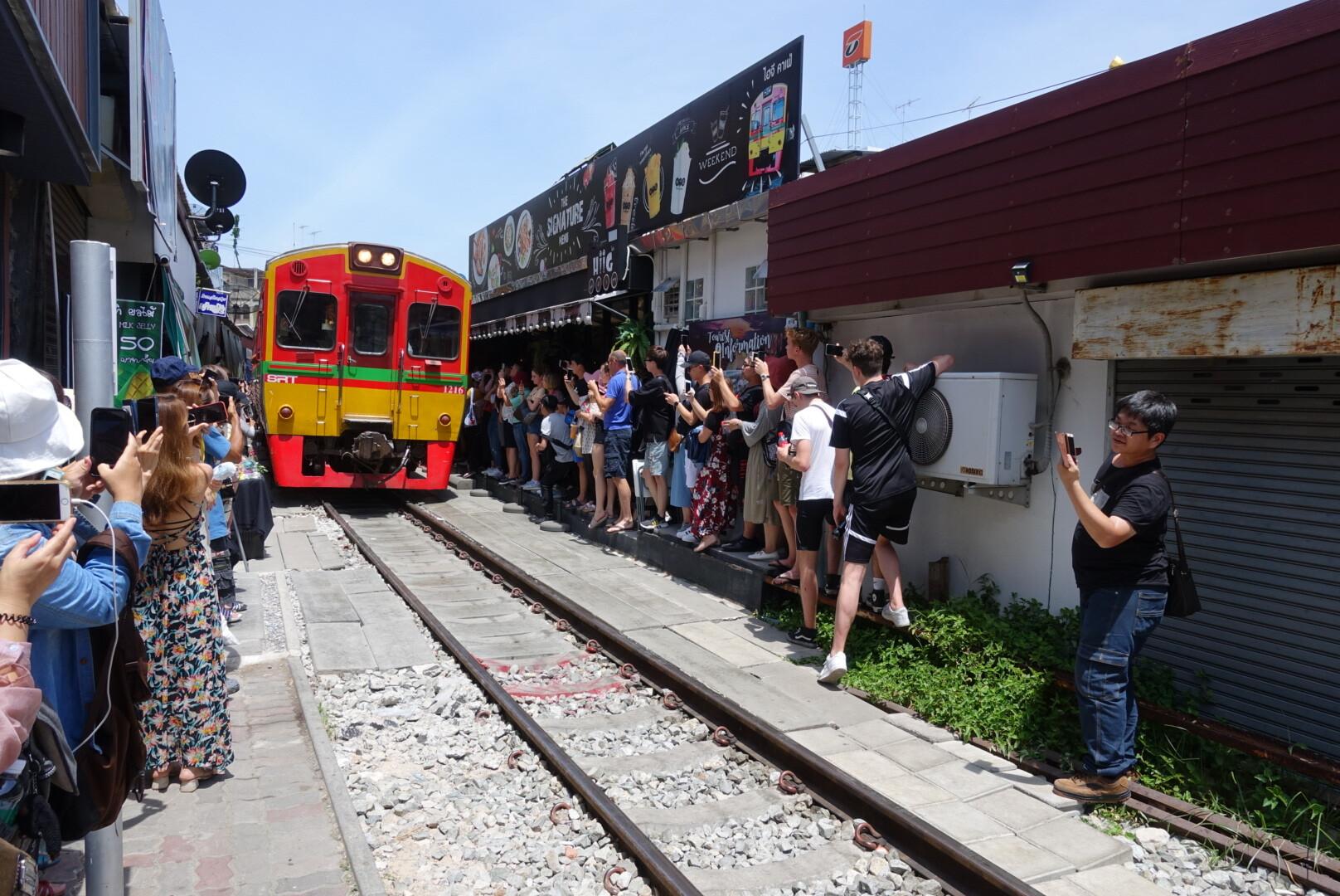 【泰國曼谷】美功鐵道市場|享受在鐵道上大逛市場|近拍火車穿越奇景